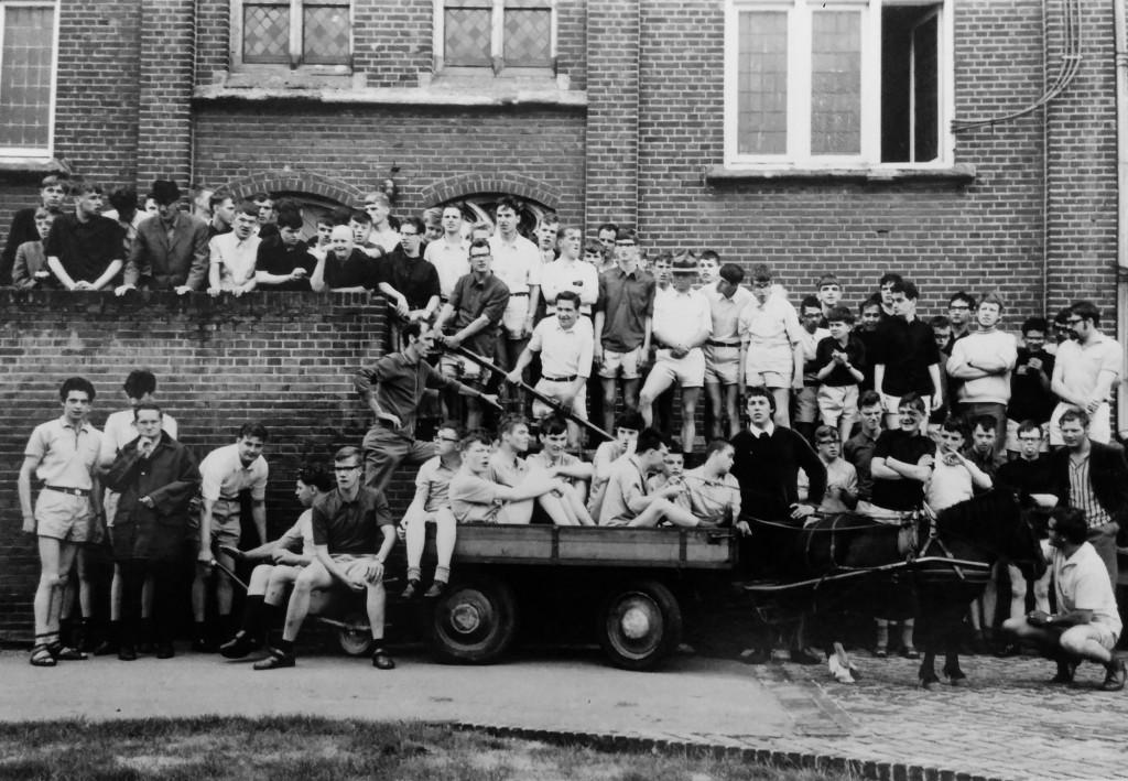 Jaarlijks was er 'een dagje uit' voor de jongens die in de nazomer niet met vakantie gingen. Uiterst rechtsboven: Wiel Wiertz
